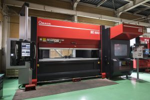 Totsuka Metal Industry installed a bending machine with an automated mold-changing function.
